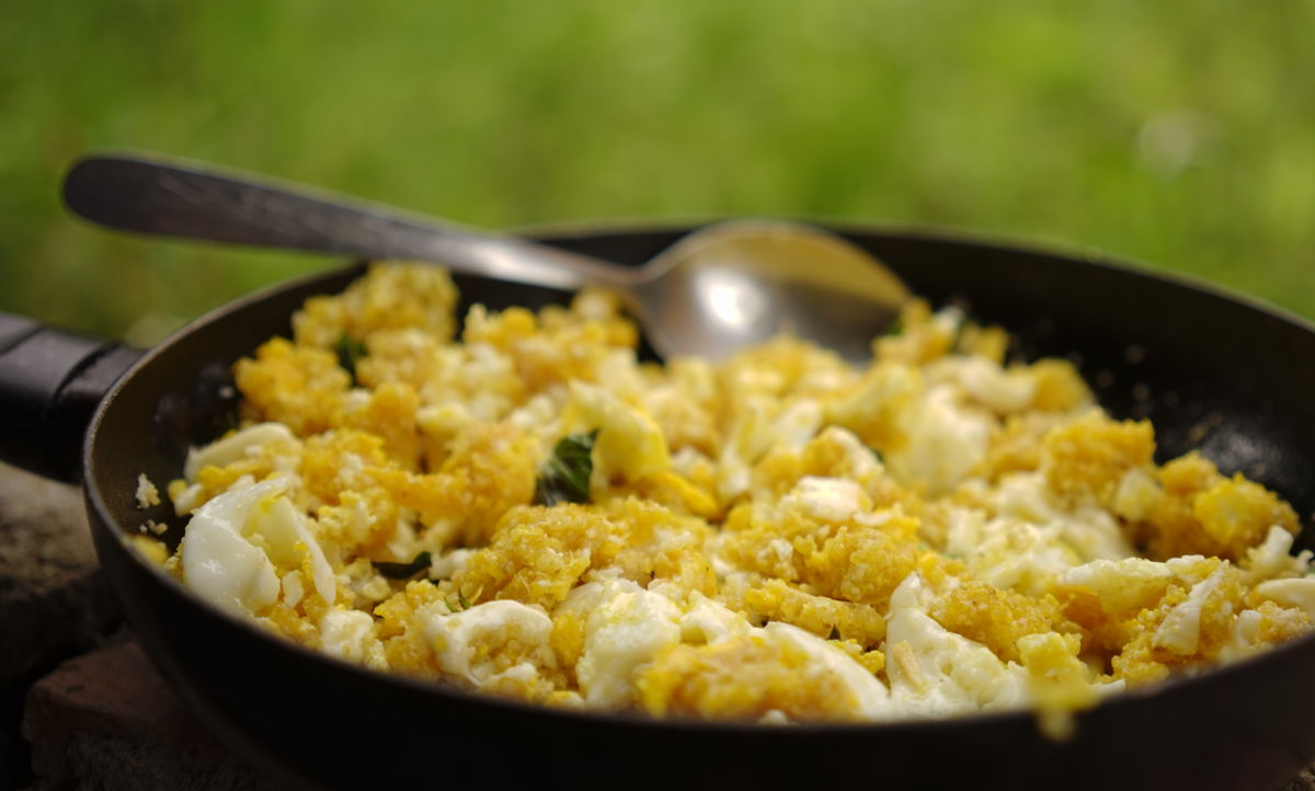 Huevos fritos en aceite de coco, con mañoco de yuca brava, queso, albahaca y curcuma