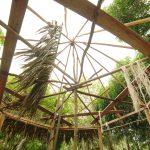 Construcción de un kiosko de madera y techo de palma en Guainía.