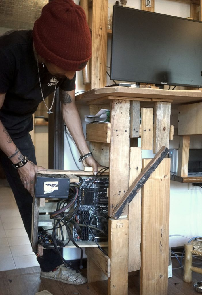 Chasis en madera reciclada para computador